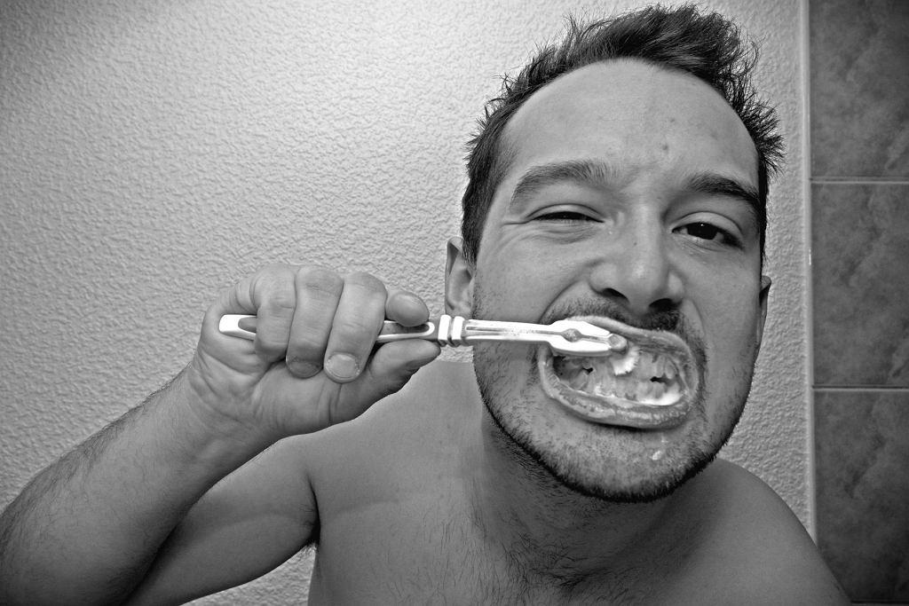 Nieumiejętne mycie zębów to jedna z przyczyn fluorozy