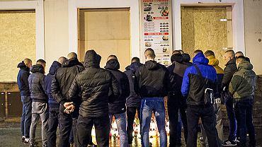 Poniedziałek w Ełku był już spokojny. Ludzie zapalali znicze na miejscu zabójstwa Daniela