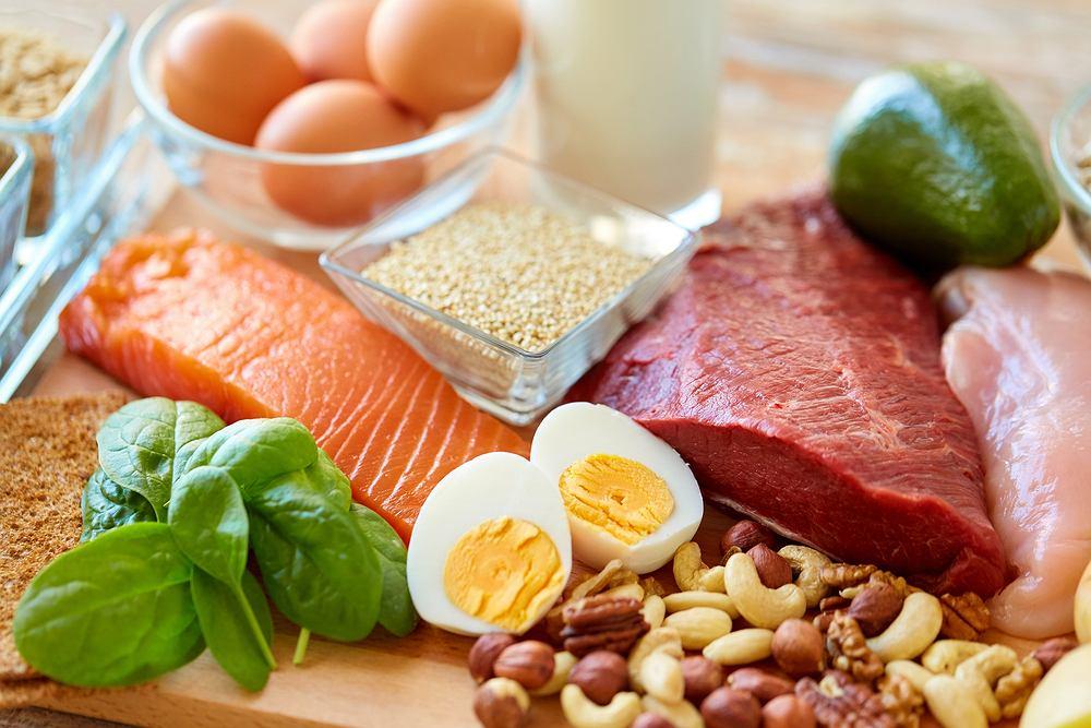 Białka - proteiny - w dużej mierze odpowiadają za poprawnie przebiegające procesy metaboliczne, kontrolują i stabilizują przemiany energetyczne, a także wpływają na poprawne funkcjonowanie wszystkich tkanek