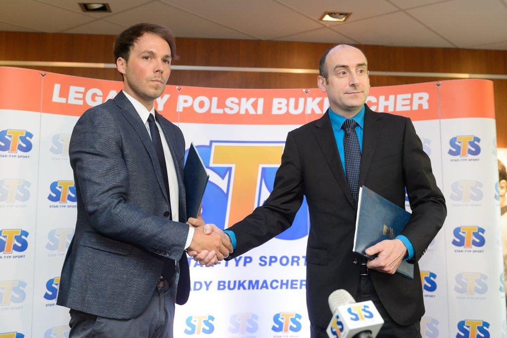 Przedłużenie umowy Lecha Poznań ze sponsorem strategicznym, firmą STS. Prezes Lecha Karol Klimczak (z prawej) i szef STS Mateusz Juroszek