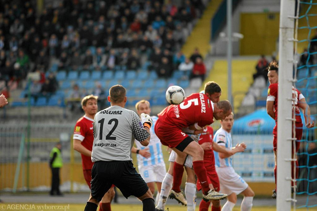 Piłkarze Stomilu w meczu z Kolejarzem Stróże wiosną 2013 r. na stadionie w Olsztynie