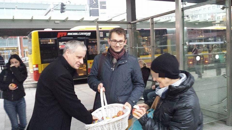 Afera PCK. Piotr Babiarz podczas kampanii wyborczej w 2015 r. rozdawał jabłka. Czy pochodziły z PCK?