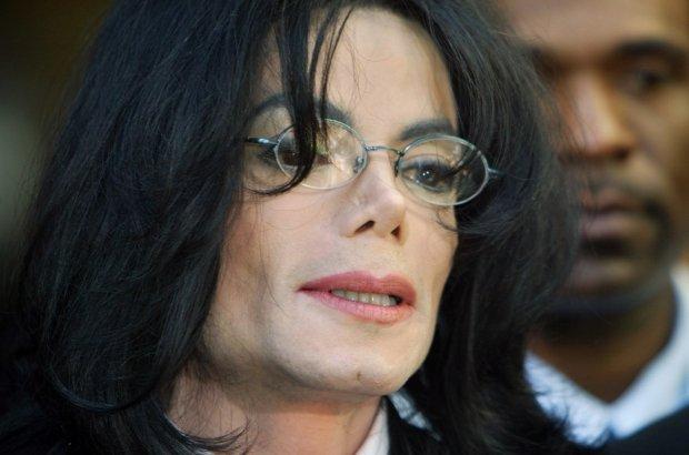 Michael Jackson odpiera zarzuty o molestowanie nieletnich podczas konferencji w kwietniu 2004 roku.