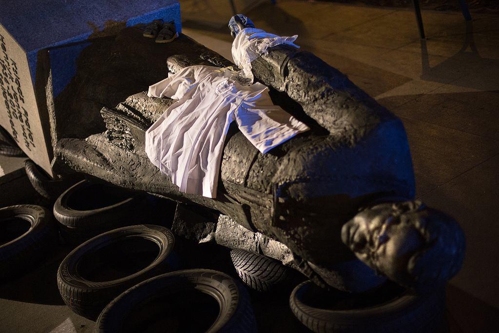 Obalony pomnik oskarżanego o pedofilie ks. Henryka Jankowskiego. Gdańsk, 21 lutego 2019