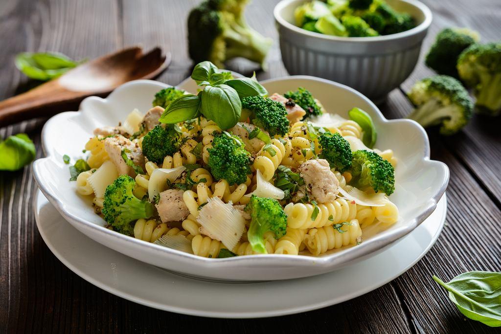 Sałatka z brokułami może być pysznym daniem do podania na przyjęciu lub doskonałym pomysłem na lunch do pracy lub szkoły.