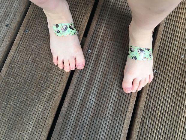"""Plastikowe buty dla dziecka - praktyczne, ale czy zdrowe? Dermatolog: Wąchaj buty w sklepie. Śmierdzą """"chemią""""? Nie kupuj"""