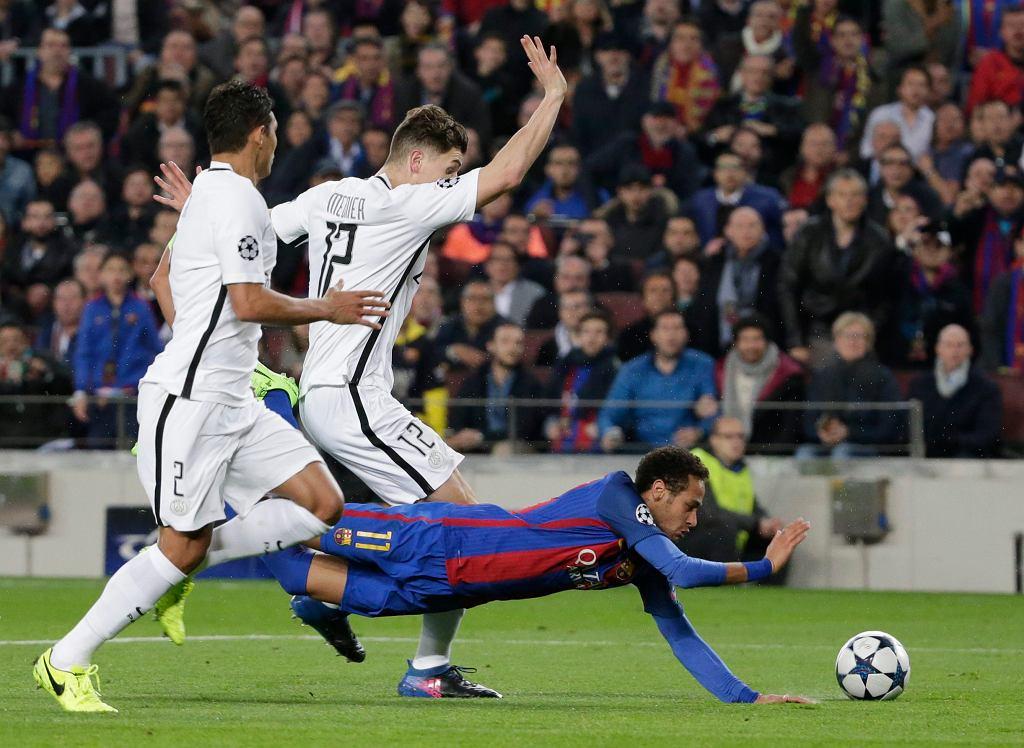 Thomas Meunier w starciu z Neymarem podczas rewanżowego meczu LM pomiędzy Barceloną a PSG