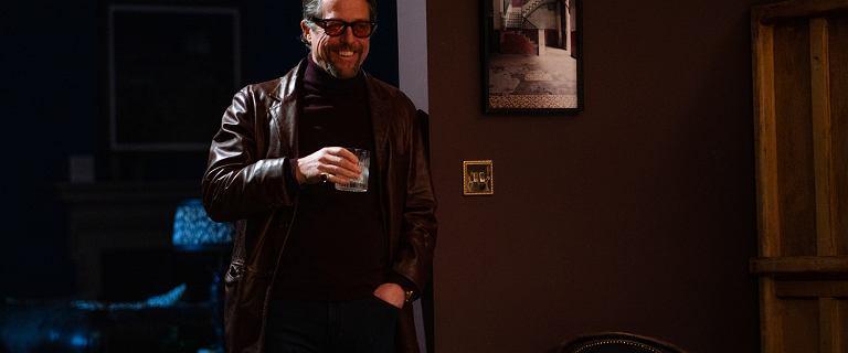 """Hugh Grant jakiego nie znacie. W """"Dżentelmenach"""" jest naprawdę świetną """"szują"""""""