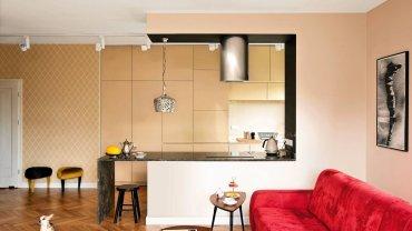 <B>W wystroju swojego mieszkania Justyna połączyła różne konwencje aranżacyjne, wybierając z nich to, co najlepsze. Ukłonem w stronę minimalizmu jest nieprzeładowana sprzętami, otwarta przestrzeń, do dawniejszych stylów nawiązuje ciepła kolorystyka i przyciągające wzrok formy. Efekt? Przytulne, odbiegające od sztampy wnętrze.</B> <p></p> <BR />Po połączeniu salonu z?kuchnią i przedpokojem powstała przestronna strefa dzienna, na czym Justynie bardzo zależało. W wystroju wnętrza umiejętnie zestawiono różne style: minimalistyczna zabudowa kuchenna zgodnie egzystuje z tapetą w?motywy inspirowane wzornictwem z?okresu art déco, ikeowskimi stolikami stylizowanymi?na lata sześćdziesiąte XX?wieku, podłogą ułożoną w?oldschoolową jodełkę i?secesyjnymi naczyniami - pamiątkami rodzinnymi. Wiszący nad kanapą obraz?Józefa Krzysztofa Oraczewskiego gospodyni dostała od?rodziców.