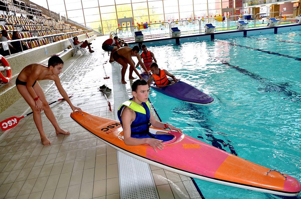 Młodzi adepci kajakarstwa podczas zajęć w Aquasferze