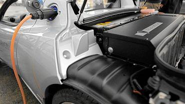 Ładowanie akumulatorów  tesli w pierwszej stacji do ładowania aut w Warszawie otwartej przez RWE w 2009 r.
