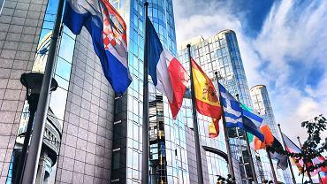 Flagi państw członkowskich przed budynkiem Parlamentu Europejskiego w Brukseli.