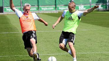 Nowy nabytek Legii Henrik Ojamaa walczy o piłkę z drugim trenerem Legii Jackiem Magierą