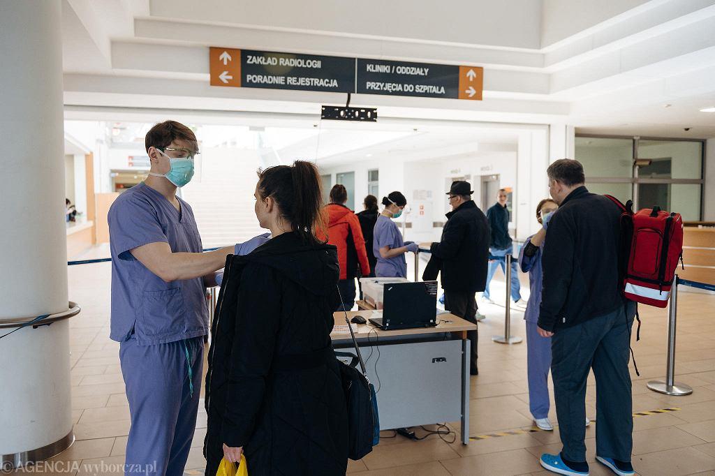 Studenci z Gdańska mierzą temperaturę osobom wchodzącym do budynku szpitala