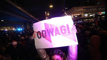 Strajk Kobiet - w Dzień Kobiet. Protest przeciw zaostrzaniu prawa aborcyjnego. Warszawa, 8 marca 2021