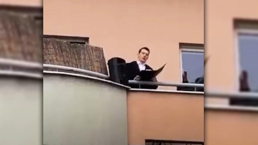 Polski baryton śpiewa dla sąsiadów na balkonie w czasie kwarantanny