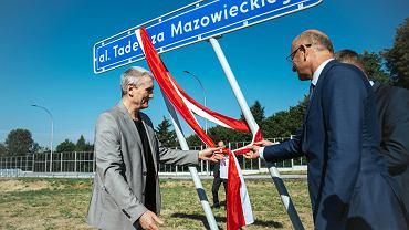 Aleja Tadeusza Mazowieckiego została oddana do użytku w sobotę rano. Łączy ul. Wojciechowską z al. Solidarności. W poniedziałek odsłonięto tablicę z imieniem byłego premie
