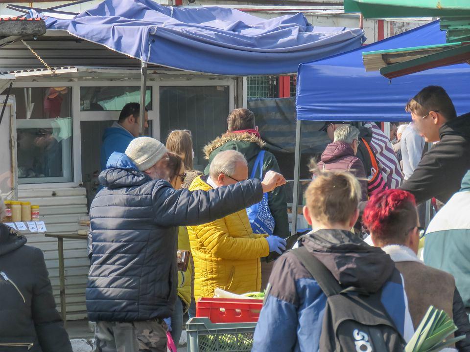 Zakupy na rynku przy ul. Owocowej w czasie epidemii koronawirusa