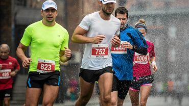 Biegacze na Nikiszowcu podczas Silesia Marathon
