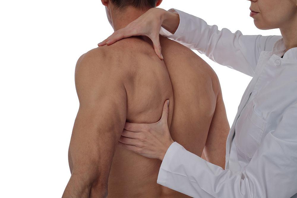 Osteopata to specjalista zajmujący się fizjoterapią, a dokładniej terapią manualną