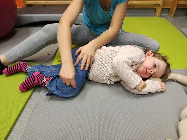 W 'normalnym czasie' byłam przy rehabilitacji córki, stąd wiem jak pewne ruchy, ćwiczenia, masaże wykonywać, dzisiaj rehabilitujemy córkę online