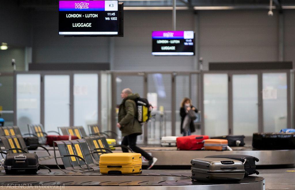 Na zdjęciu: lotnisko w czasie pandemii. Paszport covidowy ma umożliwić m.in. podróże i wyjścia do kina