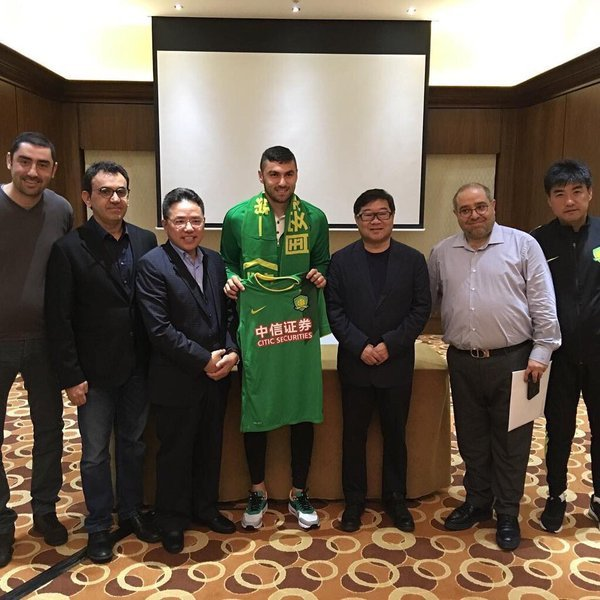 Burak Yilmaz z koszulką Beijing Guoan