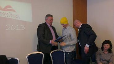 Krzysztof Kowal, dyrektor Zarządu Infrastruktury Sportowej w Krakowie (z lewej) i Jaś Mela przekazują sobie podpisaną umowę dotycząca organizacji Kraków Business Run 2013