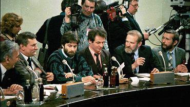 Tadeusz Mazowiecki, Lech Wałęsa, Władysław Frasyniuk, Zbigniew Bujak i Bronisław Geremek podczas obrad Okrągłego Stołu