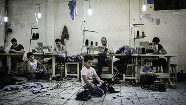 Syryjskie dzieci w warsztacie produkującym dżinsy, Gaziantep, Turcja, maj 2016 r.