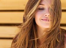Kąpiel rozjaśniająca włosy - na czym to polega i kto może się na to zdecydować?