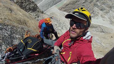 Marcin Tomaszewski, niżej Marek Raganowicz podczas wspinaczki na Great Trango Tower