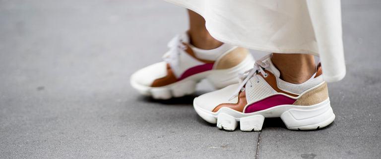 Modne sneakersy na lato 2021 - te kolory i fasony królują w stylu ulicy