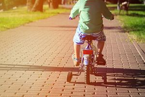 Dziecko na rowerze. Rodzice często łamią przepis, za co grozi mandat 5000 zł (a nawet sąd)