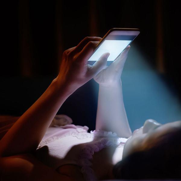 Niebieskie światło niszczy oczy. Jak chronić się przed promieniowaniem HEV?