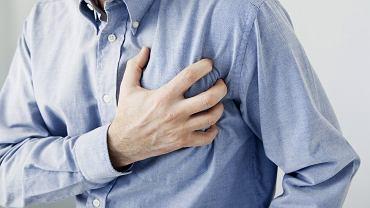 Zawał serca - pierwsza pomoc. Sprawdź, jak postępować w razie wystąpienia objawów zawału serca.