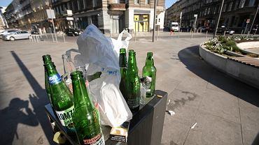 Butelki po piwie w koszu na śmieci w Szczecinie.