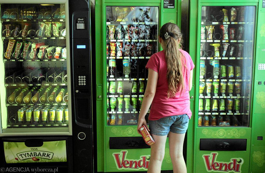Rząd wraca do tematu opłaty od cukru. Projekt wprowadzający nowy podatek czeka na rozpatrzenie już od ponad czterech miesięcy, po tym, jak Senat zadecydował w marcu, aby go odrzucić. Na zdjęciu: dawny automat ze słodyczami w szkole. Lublin, 12 czerwca 2013