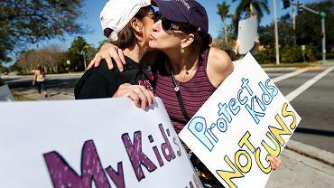 'Chrońcie dzieci, nie pistolety' - głosi hasło  protestujących w Parkland na Florydzie przeciwko prawu do używania broni. Protest miał miejsce 17 lutego, kilka dni po strzelaninie, w której zginęło tam 17 uczniów.