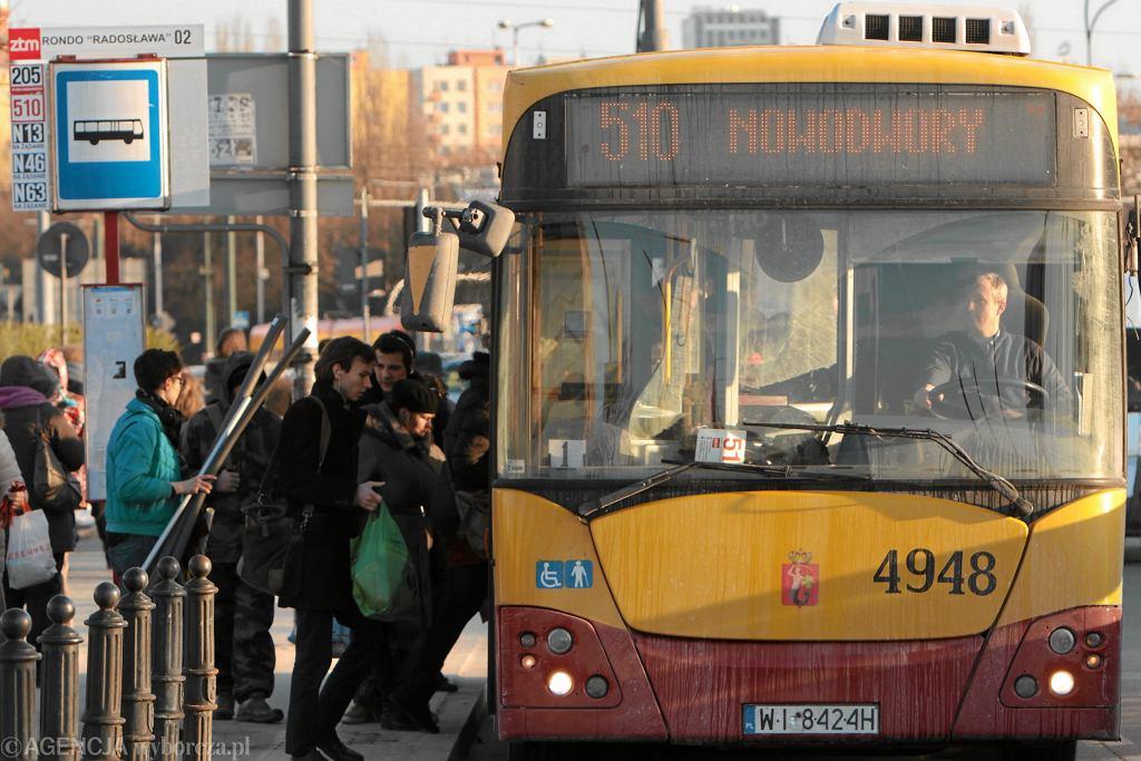 0Pasazerowie wsiadajacy do autobusu 510. Warszawa
