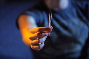 Spotyka się z narkomanem, który wraca do zdrowia