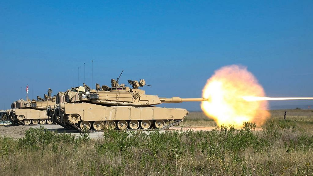 M1A2 SEPv3 podczas treningu oddaje strzał ze swojego głównego uzbrojenia, armaty kalibru 120mm