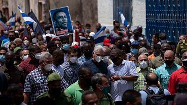 Prezydent Kuby Miguel Diaz Canel wraz ze swoimi zwolennikami po antyrządowym proteście 11 lipca
