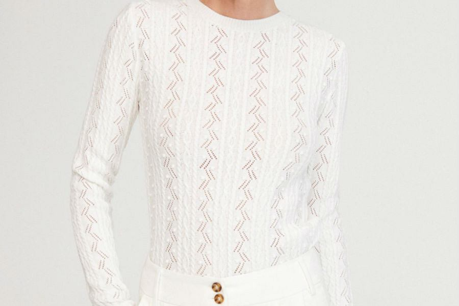 Delikatny sweter z ażurowymi wstawkami