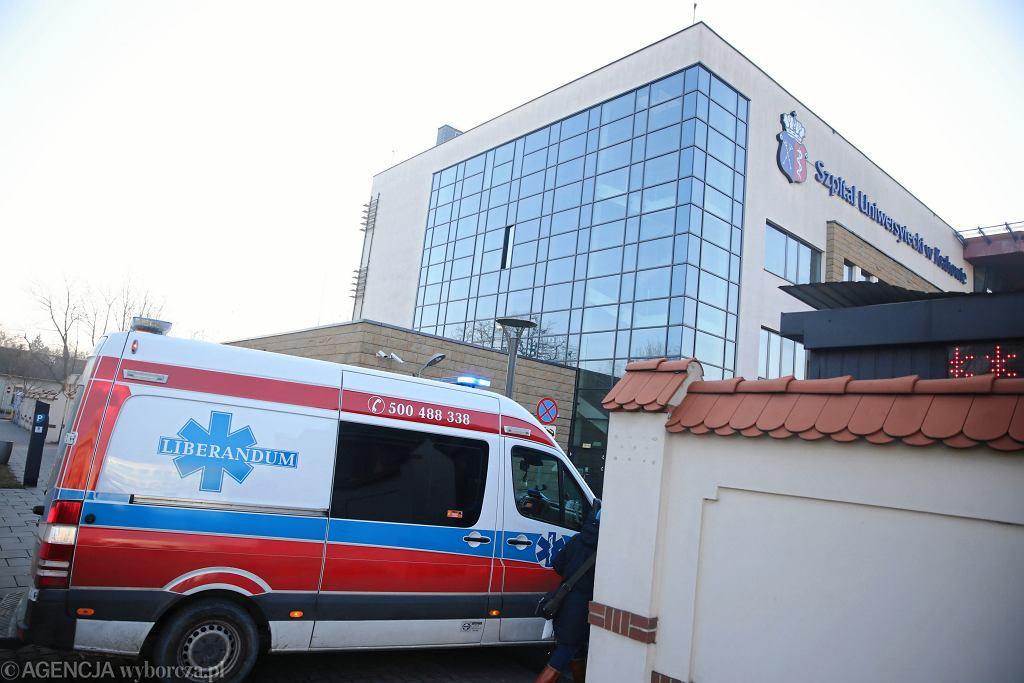 Karetka przed szpitalem uniwersyteckim w Krakowie (zdjęcie ilustracyjne)