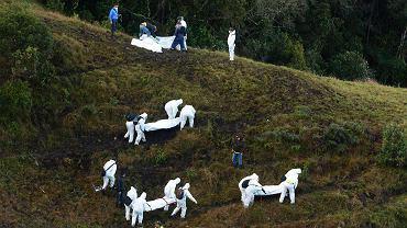 Ratownicy przenoszą ciała ofiar