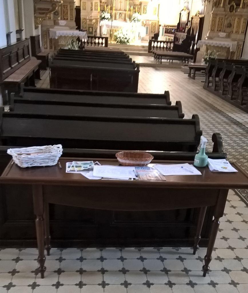 Listy z poparciem ustawy 'Stop LGBT' w kościele parafii Trójcy Św. w Czudcu .