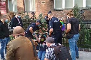 Działacze antyaborcyjni wtargnęli na teren szpitala w Poznaniu. Działaczka Partii Razem przewieziona do komendy