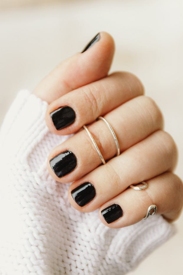 Czarne pazokcie nie sprawdzą się na każdą okazję, ale są bardzo stylowe i zawsze na topie