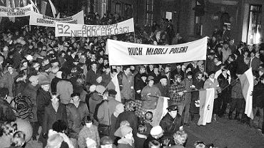 Obchody odzyskania niepodległości. Okolicznościowa demonstracja Ruchu Młodej Polski. Tysiące ludzi ruszyło spod kościoła Mariackiego pod pomnik króla Jana III Sobieskiego. Gdańsk, 11 listopada 1980